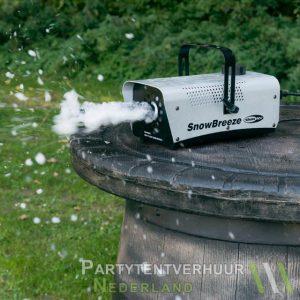 Sneeuwmachine actiefoto huren - Partytentverhuur Nederland